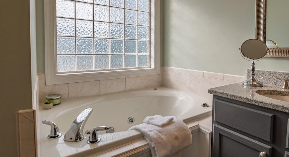 Sådan sparer du penge på badeværelsesrenoveringen